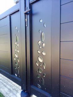 Portail aluminium www. Steel Gate Design, Iron Gate Design, Front Wall Design, Fence Design, Iron Doors, Iron Gates, Carport Aluminium, Aluminium Doors, House Main Gates Design