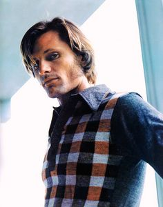 viggo mortensen. I'm liking that sweater, although the mean in it is mighty fine. :)