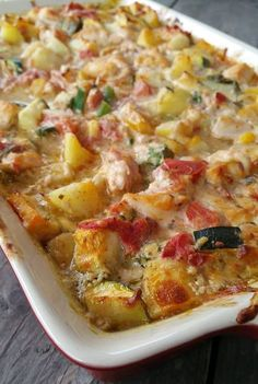 A delicious creamy dish with pesto, vegetables, chicken and potatoes. Dice the potatoes. Cut the zucchini into cubes. Cut the onion and the kno A delicious creamy dish with pesto, vegetables, chicken and potatoes. Sue Suezqqz Food A de Quiche, Oven Dishes, Food Dishes, Healthy Slow Cooker, Happy Foods, Good Healthy Recipes, Food Inspiration, Love Food, Zucchini