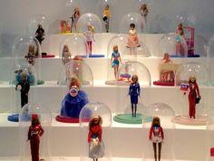 C'est toute seule que j'ai été voir l'exposition Barbie au musée des Arts Décoratifs, rue de Rivoli ,et j'ai adoré!!! Premièrement parce que ça m'a rappelé de nombreux souvenirs d'enfance. J'ai même été émue de revoir certaines Barbie que je possédais...
