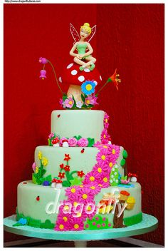 Tinker Bell Cake / Bolo Sininho (by Dragonfly Doces) I am digging all of these disney cakes. Tinker bell is Brycie's favorite(: Beautiful Cakes, Amazing Cakes, Tinkerbell Party Theme, Dummy Cake, Fairy Cakes, Types Of Cakes, Disney Cakes, Creative Cakes, Celebration Cakes