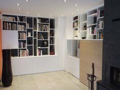 Bibliothèque en médium laqué et porte coulissante en plaqué chêne