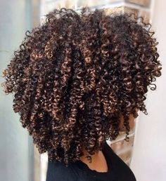 90 easy hairstyles for naturally curly hair - Hairstyles Trends Natural Hair Highlights, Dyed Natural Hair, Natural Hair Tips, Dyed Hair, Natural Hair Styles, Natural Hair With Color, Cabelo 3c 4a, Hair Care Brands, Natural Hair Inspiration