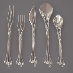 Behold! The one set of silverware to rule them all! This Setae flatware set has garnered massive acclaim online for it's distinct design reminiscent of the jewelry worn by the elves in Lord of the Ring. The delicate and intertwining silver strands were created using 3D printing techniques by the artisans at @francisbitontistudio. #LOTR #Elvish #3dprinting