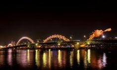 Dragon Bridge – Da Nang  Le Dragon Bridge est probablement le pont le plus original du monde, situé à Da Nang (Vietnam) cet ouvrage d'art long de 670 mètres traverse la fleuve Han pour faire la liaison entre l'aéroport international de Da Nang et le centre-ville. Ce pont signés par les cabinets d'architectes Louis Berger Group et Ammann & Whitney qui ont confiés la conception lumière à ASA Lighting Design Studios.