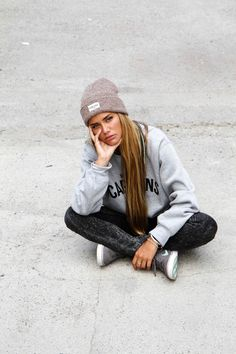 Skater girl style. Casual outfit idea with beanie and hoody and jeans with sneakers