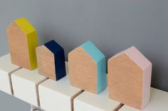 Hölzerne Schlüsselhalter mit kleinen Häusern Schlüsselanhänger, völlig handgemacht! Ein Deko-Idee für Ihr Zuhause oder Ihr Büro, die Ihre Schlüssel zu organisieren und geben einen eleganten und minimalistischen Stil zu Ihrem Platz. __________________________ Abmessungen
