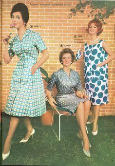 """SOK: """"Naisten leninki ulkomaisesta painetusta puuvillajacquardista, ns. rouvaleninki, joka on valmistettu suuremmilla rinnakkaismitoilla. -- Huoliteltu ja hillitty asu vaativalle naiselle"""" - 1960"""