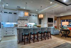 Wohnideen eklektische küche weiß marmor stühle blau muster holzbeine