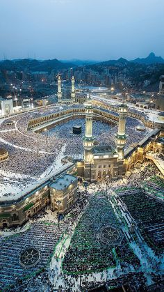 grafika islam, mecca, and muslim Masjid Al Haram, Islamic Images, Islamic Pictures, Islamic Art, Beautiful Mosques, Beautiful Places, Photos Islamiques, Medina Mosque, Mecca Kaaba