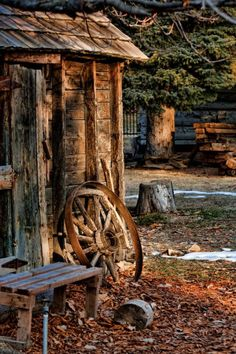 Old barn wagon wheel Country Barns, Country Life, Country Living, Old Wagons, Old Farm Houses, Lake Houses, Beach Houses, Farm Barn, Country Scenes