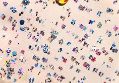 今回ご紹介するのは、写真家のGray Malin氏がヘリコプターから撮影した世界のビーチの写真16選。ビーチパラソル、ビーチチェア、タオルがとても色鮮やか!