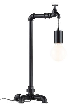 Teollistyylinen valaisin vesijohtoputkea. Mustavalkoinen, kangaspäällysteinen johto. K 50 cm. Koko 20x20 cm. E27, enintään 60 W. Suositellaan 10 cm:n pallolamppua (ei mukana). <br><br>