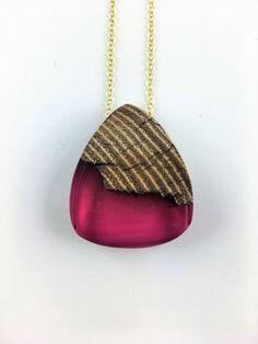 Elegante Dreieck Holz Harz Halskette in Pink an Sterling Silber oder vergoldeter Halskette von FedergoldDesign auf Etsy