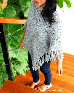 Learn how to make this easy, chunky crochet poncho wrap free pattern with easy to read pattern and lots of photos. Chunky Knitting Patterns, Crochet Poncho Patterns, Knitted Poncho, Crochet Scarves, Crochet Ideas, Loom Knitting, Crochet Shawl, Crochet Projects, Chunky Crochet