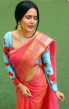 saree world - Latest Elegant Indian Red Wedding Sari - - - Churidar, Salwar Kameez, Kurti, Saree Styles, Blouse Styles, Sari Bluse, Plain Saree, Trendy Sarees, Saree Shopping