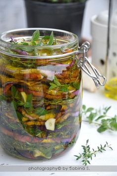 Melanzane sott'olio - Eggplants in EVOO Italian Cooking, Italian Recipes, Vegan Recipes, Cooking Recipes, Antipasto, Chutney, Pesto Dip, Homemade Liquor, Eggplant Recipes