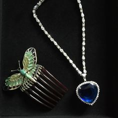 Titanic necklace and comb. Heart of the ocean روح الاحلام Titanic History, Titanic Movie, Rms Titanic, Silver Jewelry, Unique Jewelry, Jewelry Accessories, Boho Jewelry, Titanic Artifacts, Ocean Heart