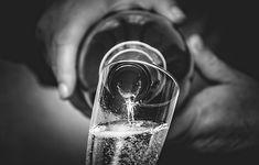 Frizzante, spumante, Champagne, prosecco. Non importa come lo chiami, è un piccolo bicchiere di paradiso per coloro che lo bevono. Ma mentre è facile sostituire un nome con l'altro, ci sono differenze nette tra Champagne e prosecco. Different Wines, Types Of Wine, Cheap Wine, Wine Quotes, Sparkling Wine, Prosecco, Finding Joy, Wine Drinks, Wine Country
