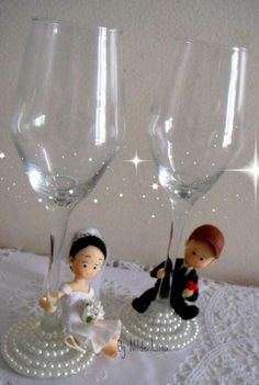 His And Her Glasses Wedding Decorations Ideas Wedding Flutes, Wedding Bottles, Wedding Glasses, Wedding Crafts, Diy Wedding, Wedding Decorations, Decorated Wine Glasses, Painted Wine Glasses, Bride And Groom Glasses