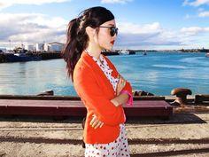 vestido floral delicado com casaquinho bem cortado - pink e laranja, combinação inusitada