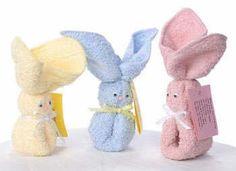 Oferecer toalhas de rosto ou de mão como lembrancinha é uma ótima ideia. Essas dobradas em forma de coelho são perfeitas para maternidade e chá de bebê. Material: •Toalha •Elástico •Fita de cetim •...