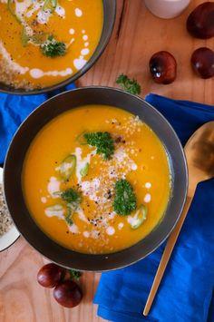 Hokkaido Suppe. Das perfekte Gericht, um den Herbst zu feiern! Und welch besser Mahlzeit kann es geben, wenn es draußen trüb, kalt und windig ist, als eine wärmende Suppe? Leuchtendes Orange macht auch an trüben Tagen gute Laune. So geht's Die fertig Suppe steht in gerade einmal 30 Minuten servier-fertig auf dem Tisch. Und benötigt weniger als 10 Zutaten! Hokkaido, Karotte und rote Zwiebel verleihen ihr einen wunderbar herbstlichen Geschmack. Dazu müssen wir als Erstes den Kürbis vorbereiten…