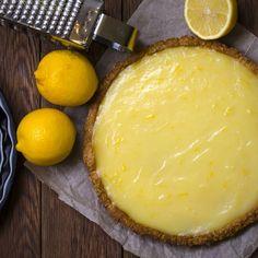 Tarte au citron allégée – Ingrédients de la recette : 1 rouleau de pâte brisée , 2 citrons frais, 40 g de maïzena , 500 g de fromage blanc 0% , 150 g de crème épaisse à 3%MG