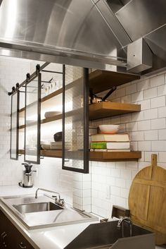 FENNIE+MEHL Architects and Studio Hatch have collaborated on the design of Github's office space in San Francisco. Kitchen Interior, Kitchen Decor, Kitchen Design, Style At Home, Industrial Style Kitchen, Cuisines Design, Commercial Design, Kitchen Styling, Office Interiors