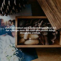 """""""Bukan bermaksud untuk bermain dengan masa lalu tapi sejatinya masa lalu tidak akan pernah hilang kecuali kau amnesia."""" . . Kiriman dari @siddiiqka . . Tag like dan comment. Kirim (DM /Like) kata-kata buatanmu ya. #katakata #quotes #quotesoftheday #pathdaily #pathindonesia #yangterdalam #pecahankaca #catatanfilm #melodydalampuisi #sajak #puisi #sastra #kutipan"""