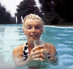 Marilyn Monroe in a pool in Connecticut, photographed by Milton Greene, June 1955 No makeup and stunning.