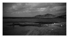 Playa de Las Canteras con El Confital en el horizonte.