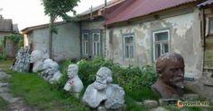 Клумба из памятников (бюстов)