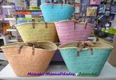 5 capazos de mimbre recién pintados a la espera de ser decorados con aplicaciones de ganchillo. www.misuenyo.com / www.misuenyo.es Facebook: Tricrochet