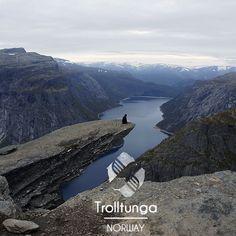 Dans les fjords de Norvège, se dresse une incroyable roche en surplomb appelée Trolltunga (langue des trolls, en Français). Cette dernière se présente comme un tremplin dans le vide à environ 700 mètres au-dessus du lac #Ringedalsvatnet. #instadaily #instagood #instalike #instaphoto #instago #instatravel #instafollow #instatrip #followmeplease #TripConnexion #photooftheday #Norway #Trolltunga #Troll #Tongue #lake