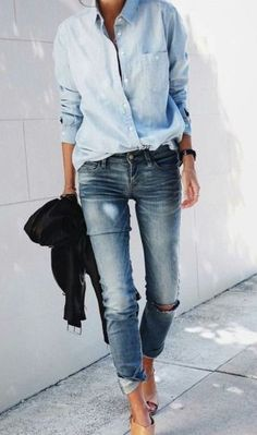 denim shirt and skinny denim jeans - perfect casual spring or fall outfit Fashion Mode, Fashion 2017, Look Fashion, Denim Fashion, Autumn Fashion, Fashion Outfits, Fashion Trends, Fashion Inspiration, 2017 Inspiration