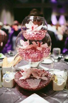 Mira todas estas bellas decoraciones que puedes lograr colocando peceras de cristal de mayor a menor tamaño. Puedes usar dos o tres peceras...