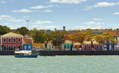 Descubra o que fazer em Porto Seguro, um dos destinos baianos mais famosos onde estão algumas das praias mais belas do Brasil, muita festa e agito. Beaches, Voyage, Brazil, Destinations, Cities, Celebs, Places