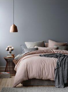 Inspiração decoração quarto cinza e rosa - cama