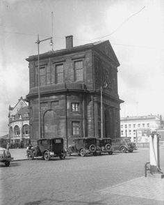 Rotterdam - Het Delftsche Poortplein met de Delftsche Poort. Links op de achtergrond café-restaurant Loos aan het Hofplein. .1936