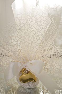 Χρυσή ρομαντική μπομπονιέρα γάμου -  Μπομπονιέρες γάμου από τη Dream Boutique