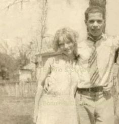 Bonnie Elizabeth Parker & husband: Roy Glenn Thornton [born: Dallas County, TX, died: They were married on (just 6 days before her birthday). Bonnie And Clyde Photos, Bonnie Clyde, Bonnie Parker, Old Pictures, Old Photos, Wild West Outlaws, Famous Outlaws, Elizabeth Parker, The Babadook