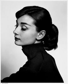Audrey Hepburn photographed by Yousuf Karsh. Audrey Hepburn was so elegant and such a humanitarian. She set an example for women to look up to. Divas, Audrey Hepburn Outfit, Audrey Hepburn Pictures, Aubrey Hepburn, Lily Collins Audrey Hepburn, Audry Hepburn Hair, Audrey Hepburn Ballet, Audrey Hepburn Givenchy, Audrey Hepburn Wedding Dress