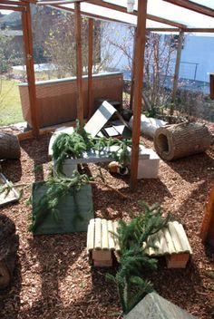 Wunderschön eingerichtetes, überdachtes und begehbares Außengehege für Meerschweinchen und Kaninchen mit mehreren Schutzhütten