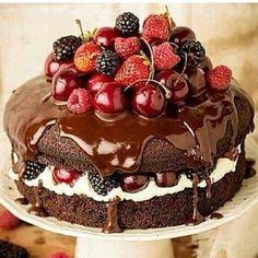 Naked cake frutas vermelhas e calda de brigadeiro★★★★★