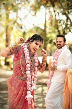 37 Unique &Trending Varmala Designs for upcoming Wedding Season Cute Couples Photography, Indian Wedding Photography, Royal Indian Wedding, Indian Bridal, Indian Weddings, Flower Garland Wedding, Rose Garland, Flower Garlands, Flower Decorations
