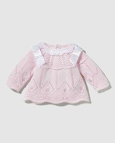 Jersey en color rosa de manga larga y cuello redondo con trabajos de ochos y cuello fruncido. Lleva lazos en los hombros a contraste y calados a tono. Talla única.