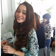 竹下玲奈:まだ寒いですが、春物の撮影をしていますよっ洋服屋さんは、春物の新作が並んできたね…|BAILA(バイラ)
