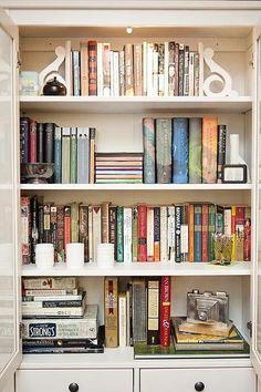 Styling Bookshelves, Decorating Bookshelves, Bookshelf Design, Bookcases, Bookshelf Organization, Bookshelf Ideas, Books On Shelves, Organizing Bookshelves, Interior Design Living Room Warm