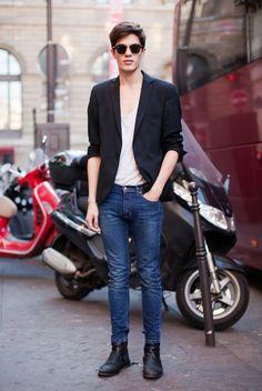 黒テーラードジャケット×白Tシャツ×スキニージーンズ×黒ブーツ